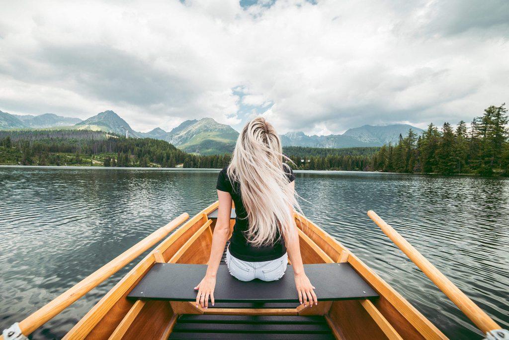 ragazza in barca sul lago